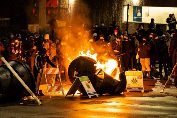 華州警車衝出圍攻碾壓到人 安提法藉機威脅摧毀城市(視頻)