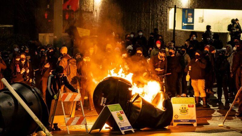 华州警车冲出围攻碾压到人 安提法借机威胁摧毁城市(视频)
