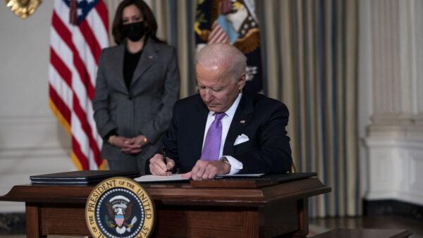 拜登签行政令 允许自认女性的男性使用女用设施
