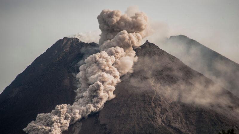 轰隆作响 印尼梅拉比火山喷发浓烟直冲天际