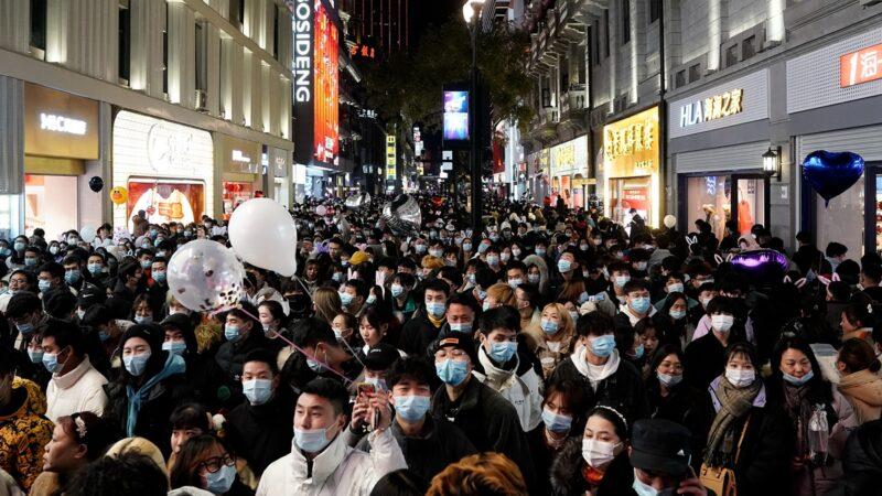 不怕疫情大爆发?武汉跨年夜人挤人(组图)
