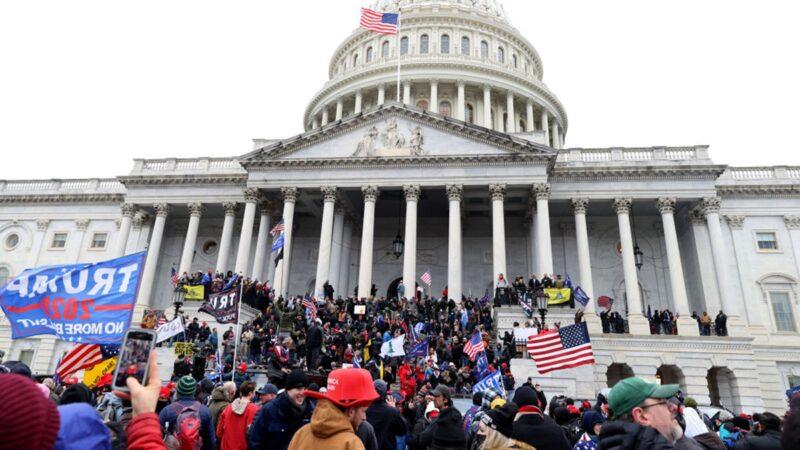 组图:抗议者冲击美国会大厦 内部混乱场面曝光