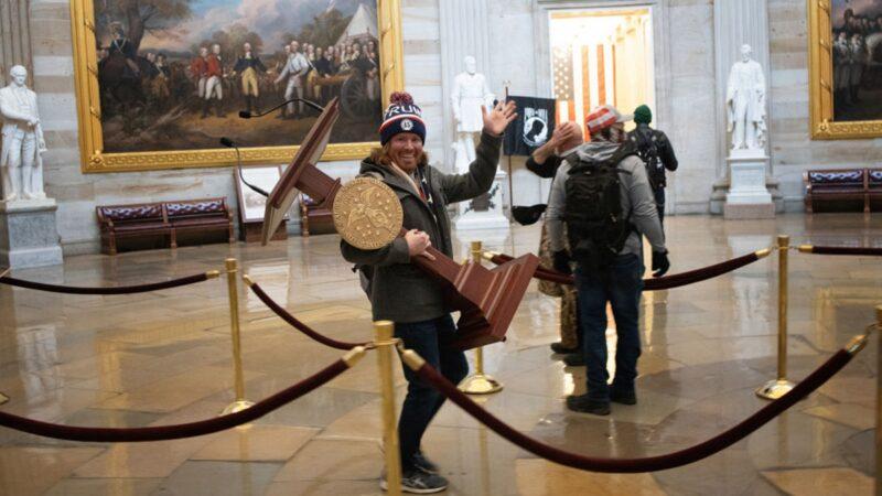 美国司法部起诉15名闯入国会的抗议者