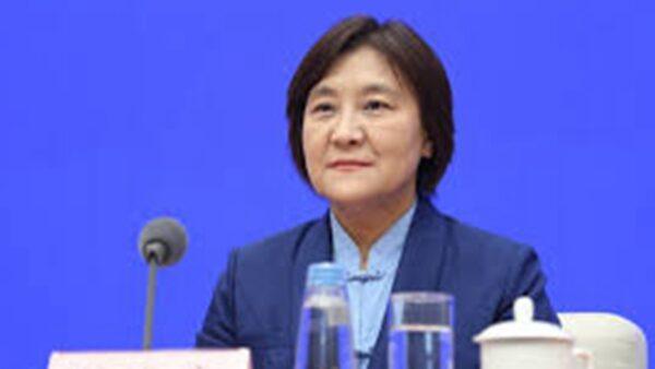 内蒙古女主席做报告突晕倒 引发猜测(视频)