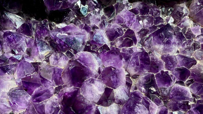 见证大自然神奇 矿工破石赫见完美心型紫晶矿