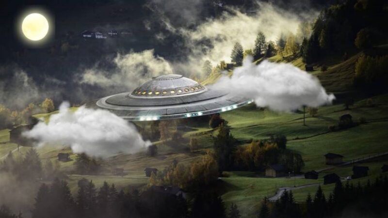 """美男自家花园中惊现UFO 外星人送了他""""星际煎饼"""""""