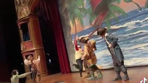 上海迪士尼演員遭女子上台打罵 節目被迫取消