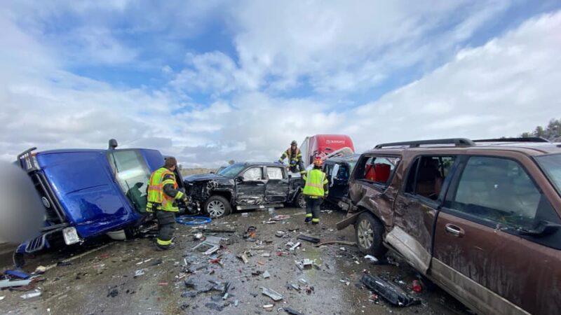 蒙大拿州30輛車撞成一團 2人跳橋逃命重傷