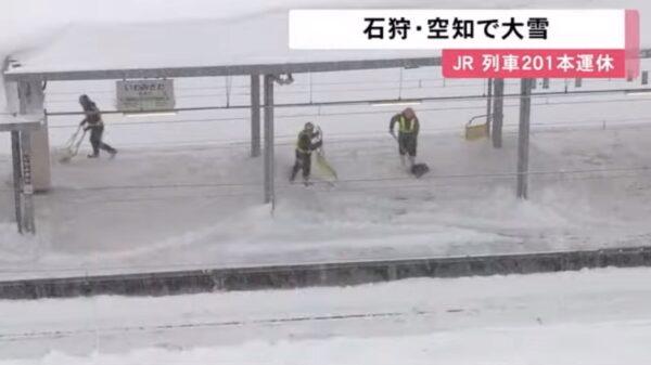 大雪紛飛 日本北海道11人受困列車約7.5小時