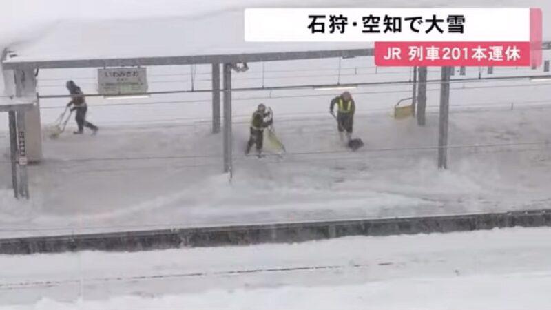 大雪纷飞 日本北海道11人受困列车约7.5小时