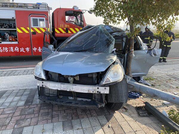 台中轿车撞电杆拦腰变形 1人飞出4人受困