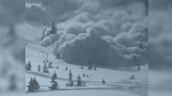 雪崩来袭 犹他州滑雪客拍到自己遭活埋瞬间