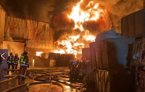 台中后里橡胶工厂大火 浓烟窜天际夹杂爆炸声