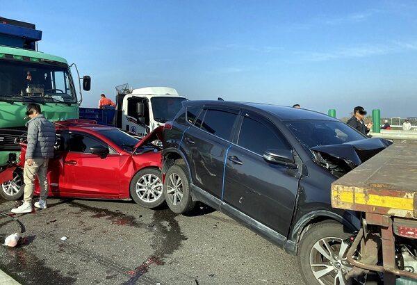 台61线快速公路 20辆大小车连环撞酿1死9伤(视频)