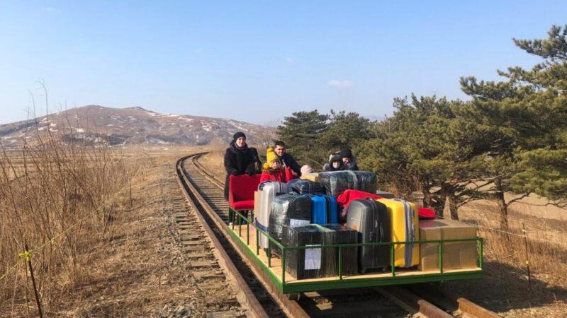 朝鲜严格封锁 俄外交官携家属坐手推车回国