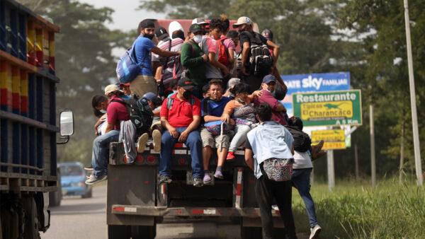 """美边境日均逮捕3千非法移民 巡逻员:""""我很害怕"""""""