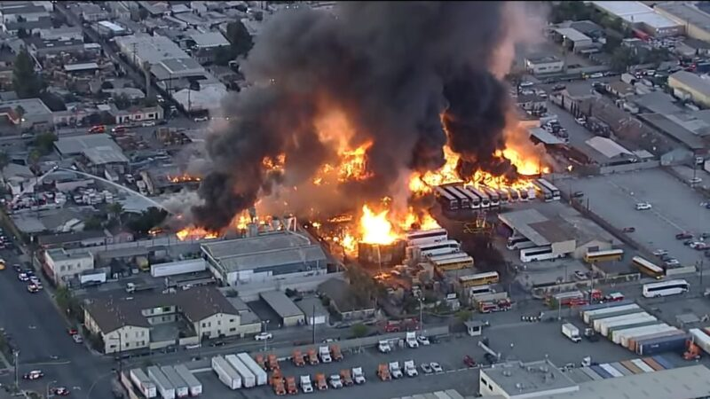 洛杉矶工业区大火延烧 十几辆巴士全毁