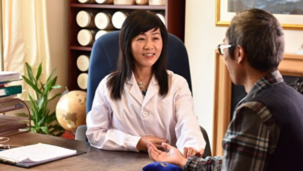 【大時代華人】師承祖上的劍橋女中醫師