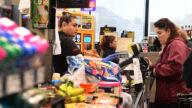 洛县通过法规 要求杂货业调涨时薪5美元