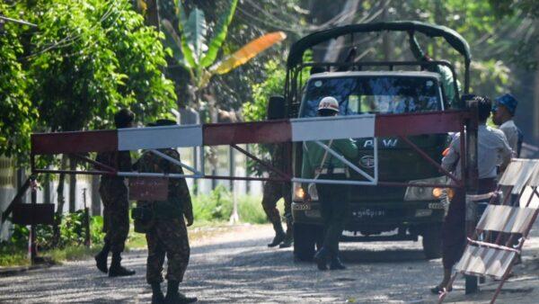 组图:缅甸爆军事政变 大批警察驻守仰光