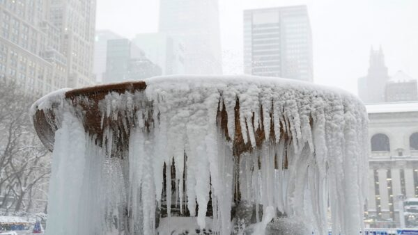 暴风雪狂袭美东 纽约州44郡进入紧急状态(组图)