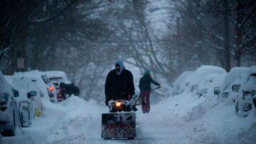 紐約降雪5年來最多 大雪沖走鏟雪車