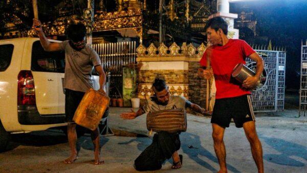 組圖:緬甸坦克開進城市 民眾敲鑼打鼓抗議