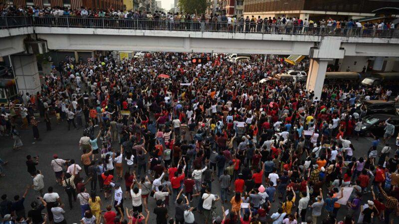 缅甸反政变抗议遍全国 公务员医护僧侣齐上街