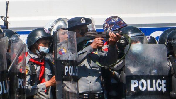 缅甸军方开枪镇压示威民众 至少4伤1命危(组图)