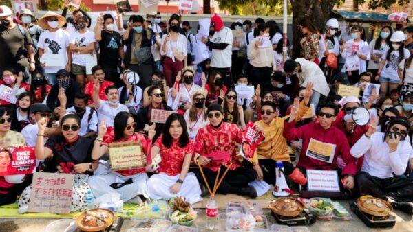 傳中共助軍政府封網 緬甸民眾中使館前抗議