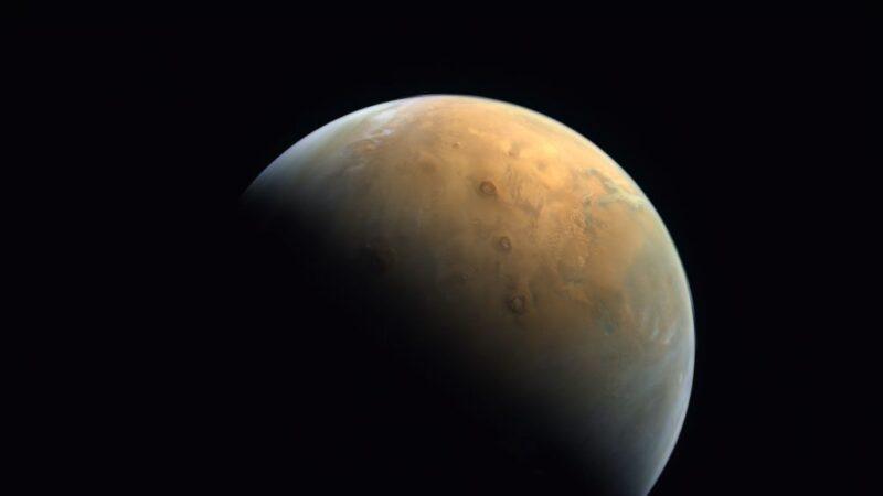 """回传首张火星影像 阿联""""希望号""""捕捉火山晨光"""