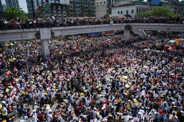 组图:抗议军事政变 缅甸爆迄今最大规模示威
