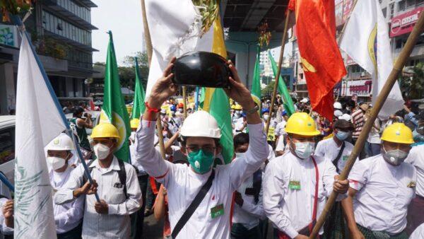 组图:缅甸人无惧开枪镇压 持续大规模抗议