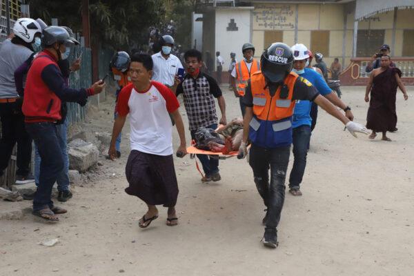 组图:缅甸军方实弹镇压 枪击现场视频曝光