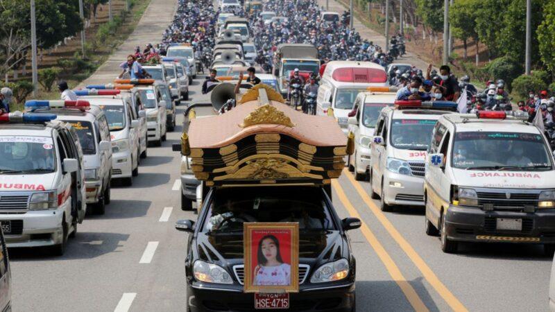 組圖:緬甸人大規模上街 為被射殺少女送葬