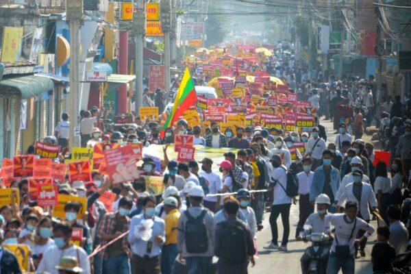 """无惧缅甸军方发""""死亡""""威胁 反政变示威扩大"""