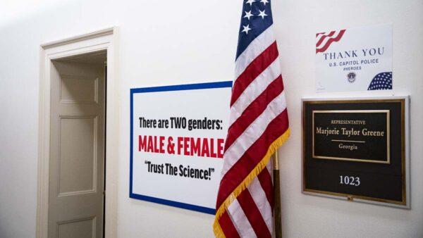 美國會爆「走廊戰爭」 兩女議員拼室外裝飾