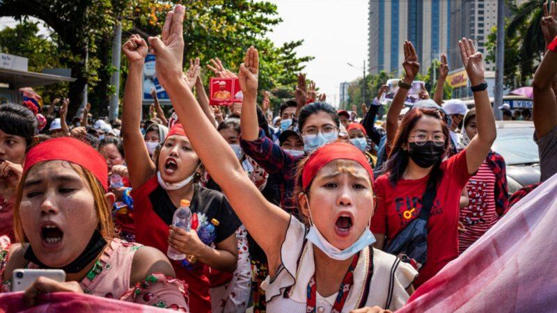 组图:缅甸政变引发大规模抗议 军方断网封消息