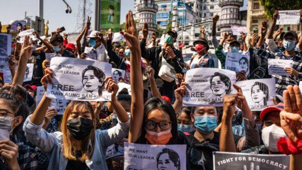 缅甸发布戒严令 军方暗示将镇压(组图)
