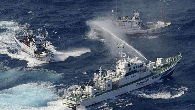 中共海警武装横行钓鱼岛海域  日本:若登岛就开火