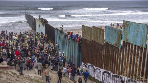 非法移民涌入美国边境  拜登忙喊:不要过来