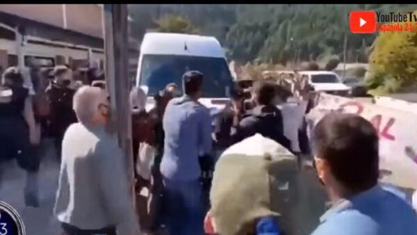 视察大火灾区 阿根廷总统座车遭抗议民众暴打阻拦