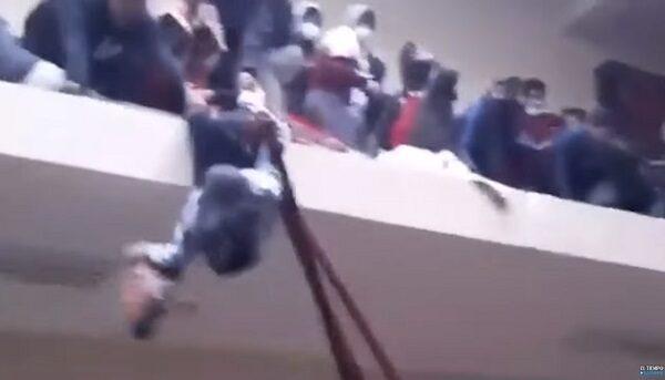 玻國學生抗議 擠爆走廊護欄墜樓釀7死4重傷(視頻)