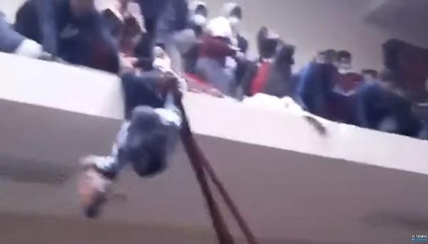 玻国学生抗议 挤爆走廊护栏坠楼酿7死4重伤(视频)