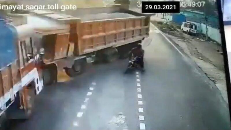 惊悚!印度骑士硬切车道 砂石车闪避不及撞上大卡车(视频)