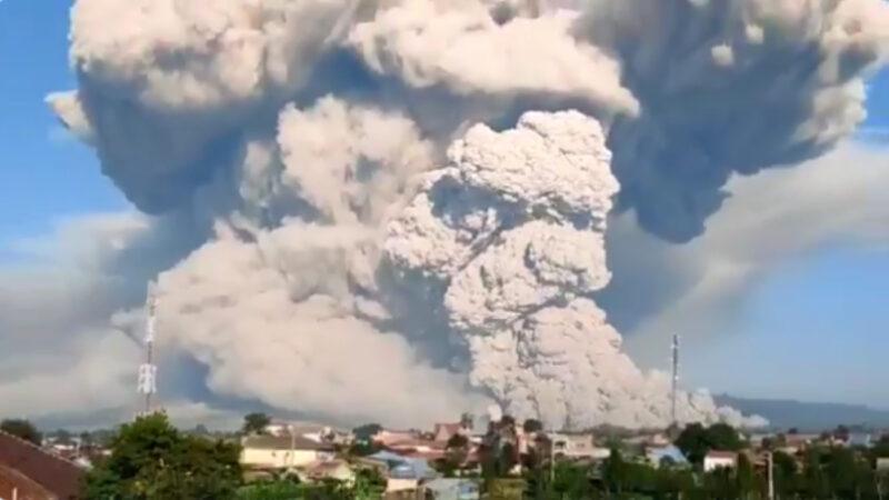 震撼! 印尼锡纳朋火山喷发 火山灰冲天5000米