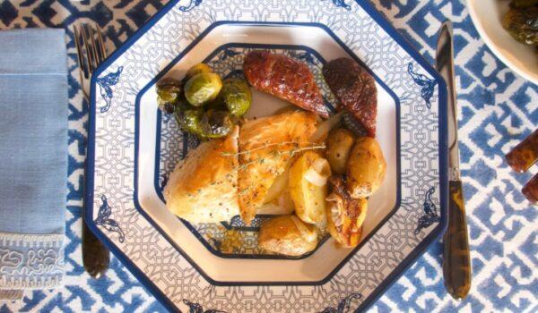 烤雞添加香腸和土豆 如此出色的風味