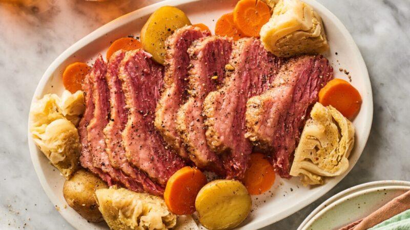 即食锅咸牛肉和白菜 经典的爱尔兰菜