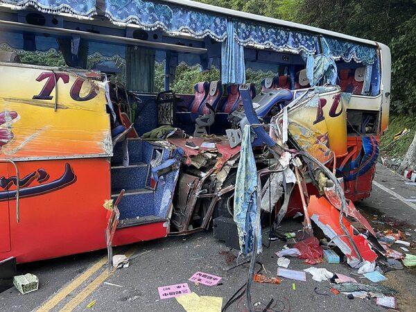 台蘇花公路遊覽車撞山壁 車體撞出大洞釀6死39傷