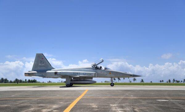 台湾2架战机空中擦撞 飞行员跳伞一殉职一失踪